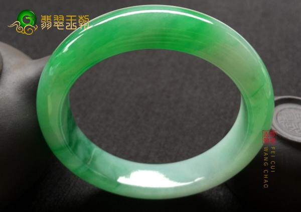 细糯种阳绿翡翠手镯怀孕的人佩戴有什么影响