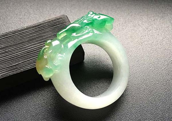 挑选黄加绿翡翠戒指_黄加绿翡翠收藏价值