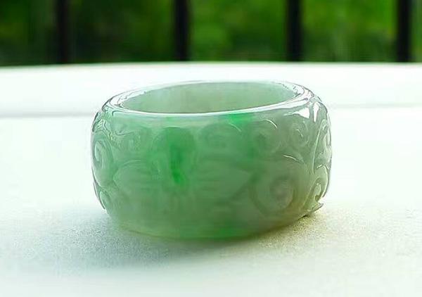 细糯种黄加绿翡翠戒指购买时需要注意些什么