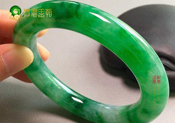 糯冰种阳绿翡翠手镯如何从种水色工来评估价值