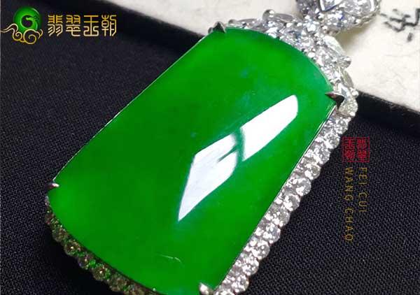 满绿无事牌翡翠挂件的市场价格影响因素有哪些?