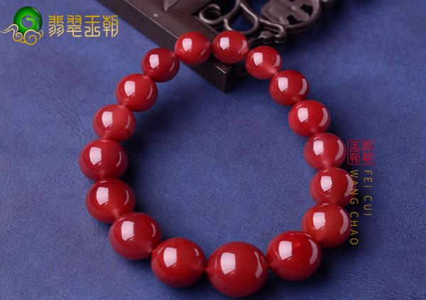 南红珠串手链用自然光紫光灯强光手电怎么鉴别真假?