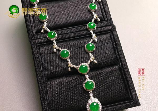 冰种阳绿翡翠蛋面镶嵌项链这样保养翡翠又透又绿