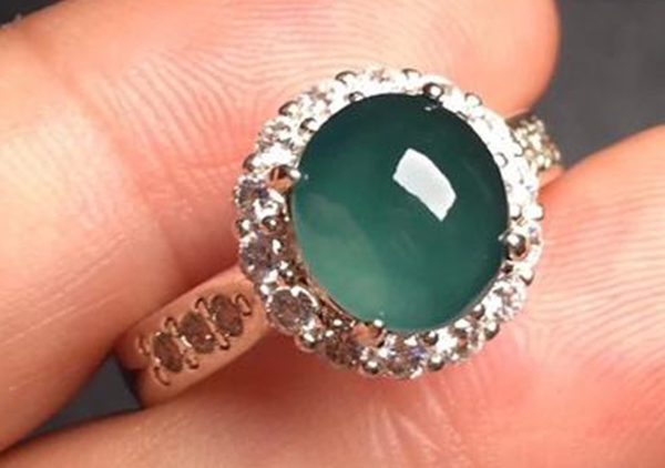 冰种晴水翡翠戒指和蓝水翡翠戒指应该如何辨别