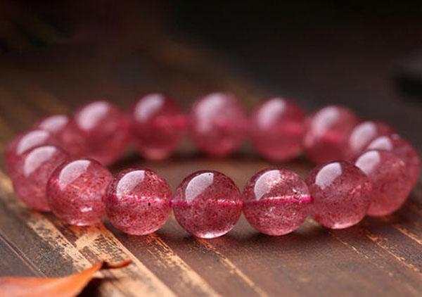草莓晶手链能够代表好运吗?在商店要选购水晶手链要注什么?