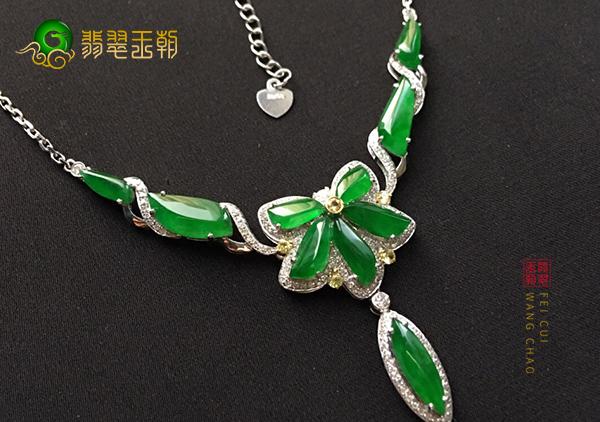 冰种满绿翡翠项链日常佩戴要注意的几点搭配技巧