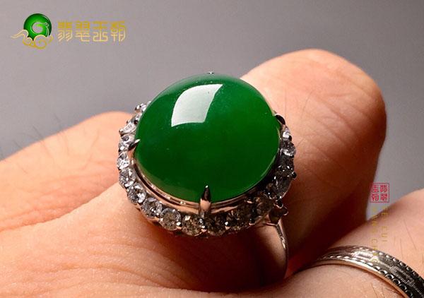 糯冰种浓绿翡翠戒指的价值大小是由晶体决定的