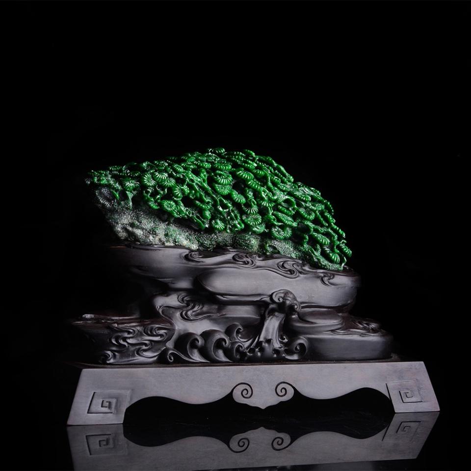 翡翠山子玉雕摆件是置于案头或室内供观赏的陈设