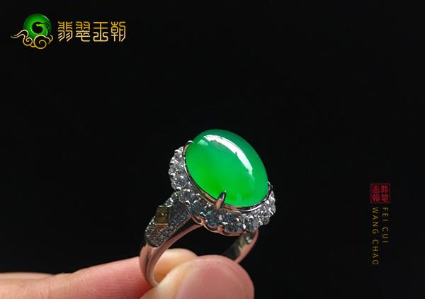 冰种阳绿翡翠镶嵌戒指中影响绿色的因素有哪些