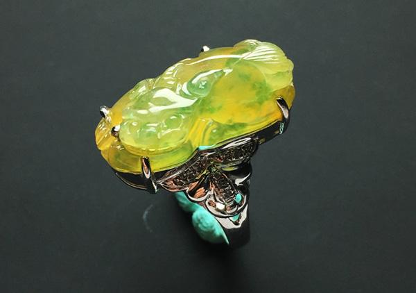 糯冰种黄加绿翡翠玉扳指的收藏价值在哪里