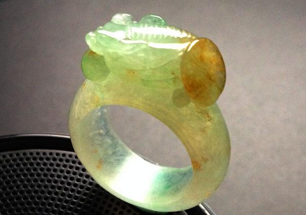 细糯种黄加绿翡翠戒指不用心保养怎么会升值?