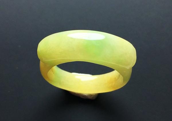 糯冰种黄加绿翡翠戒指收藏价值为何高于其他珠宝