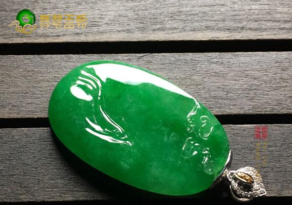 糯冰种浓绿翡翠玉雕挂件中最受爱玉人喜欢两种