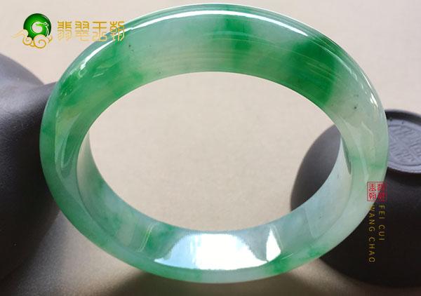 糯冰种阳绿翡翠手镯的尺寸应该怎么正确地判断