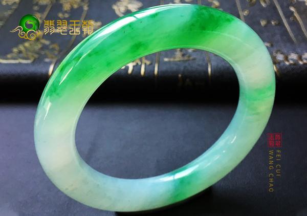 糯冰种翠绿色翡翠手镯什么样的颜色才是真正的色