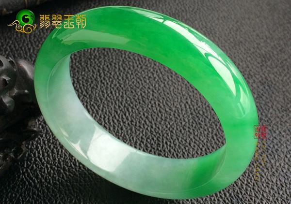 糯冰种飘阳绿翡翠手镯中絮状物常见的三种分类
