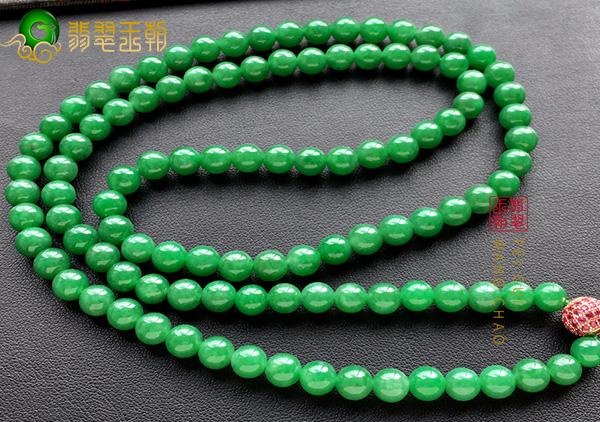 翡翠项链镶嵌款素珠款要怎么挑选购买?搭配方法有哪些?