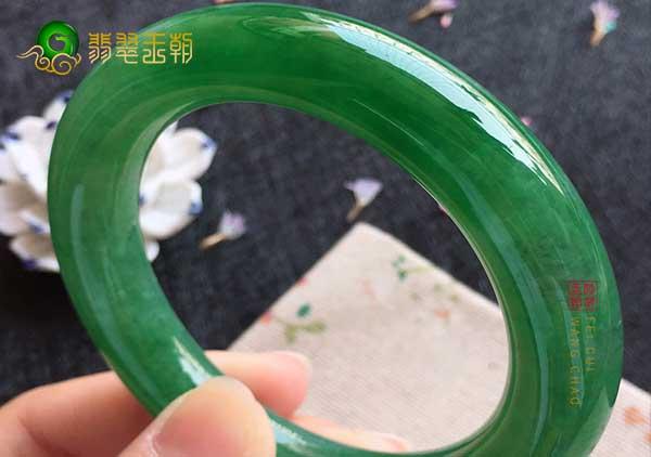 糯冰种浓绿翡翠手镯能辟邪的说法有科学依据吗