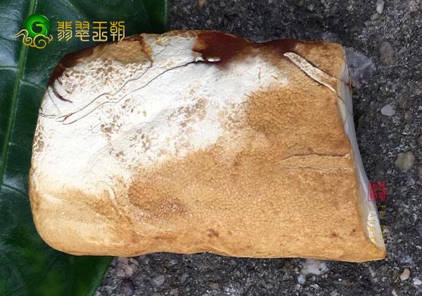 乌克兰蜜蜡原石的价格受到蜜蜡成色,克重,形状的影响