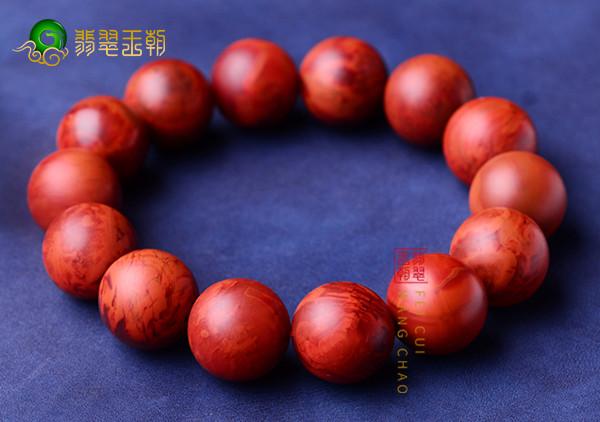 柿子红南红手串的功效作用及适合佩戴的人