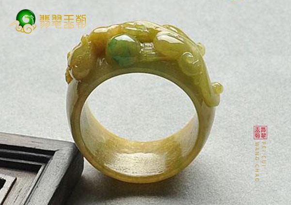 糯冰种黄加绿翡翠戒指如何使用手电筒来鉴定真假