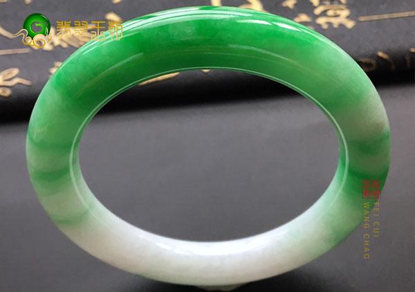 飘绿翡翠手镯值不值得购买呢?飘绿翡翠价格多少?