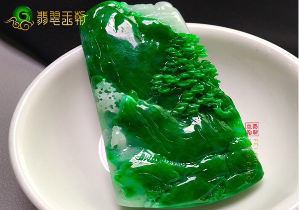 细糯种浓绿翡翠山水牌挂件雕工的差别在哪里