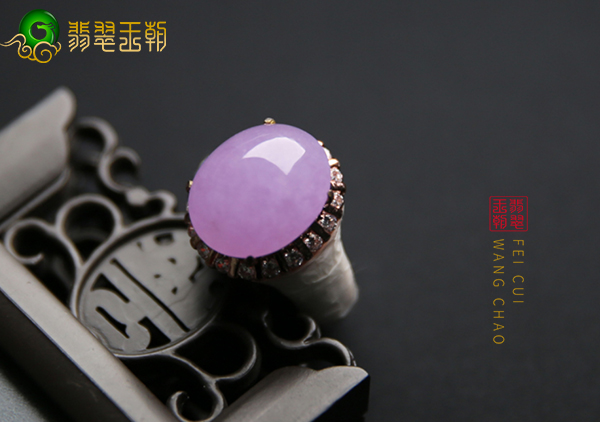 冰种紫罗兰翡翠戒指在见光死的说法中怎么挑选购买呢?