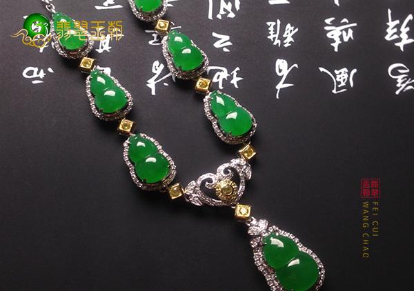 冰种满绿翡翠镶嵌饰品日常佩戴的几个搭配技巧