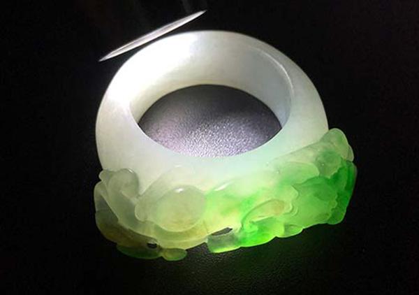 糯冰种黄加绿翡翠戒指收藏不亏就要有行家眼光