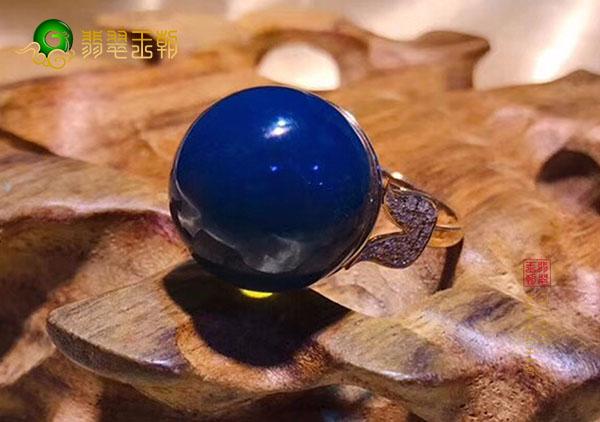 多米尼加蓝珀戒指特性让它成为送爱人的最佳礼品