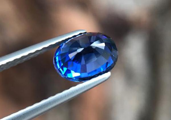 蓝宝石的猫眼效应特征如何?猫眼蓝宝石有收藏价值吗?