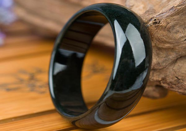 漆黑的和田玉墨玉手镯价格如何以及值得收藏吗?