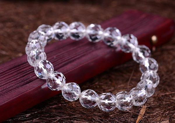水晶和玉髓之间有何区别以及佩戴那种水晶手串好?