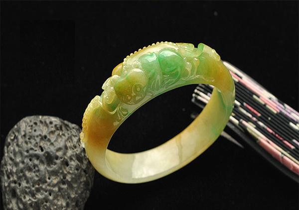 黄加绿翡翠手镯选购除了种水色还有雕工要注意!