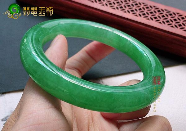 糯冰种满绿色翡翠手镯价格多少钱?翡翠手镯怎么挑?