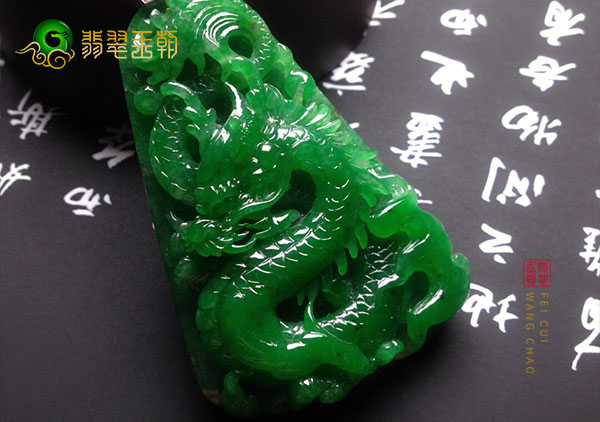男士佩戴糯冰种浓绿翡翠玉雕挂件有什么寓意?