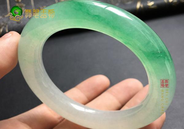糯冰种飘绿翡翠圆条手镯与扁条区别在哪里?