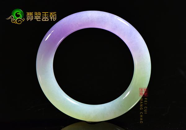 糯冰种紫罗兰翡翠手镯的佩戴是中国传统婚嫁习俗