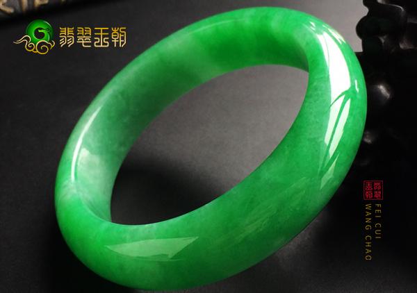 糯冰种满绿翡翠手镯是怎么来的,手镯的制作过程
