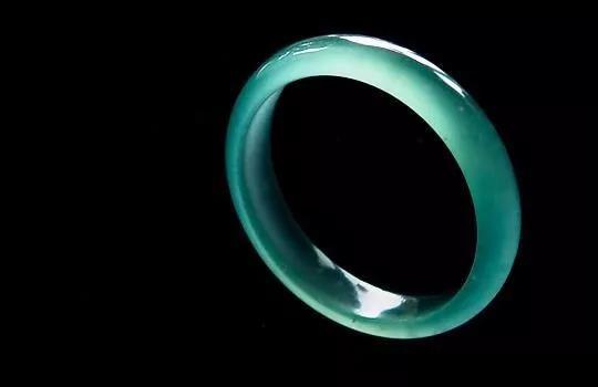 顶级玻璃种蓝水翡翠手镯蕴含极大的投资商机