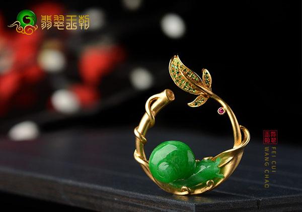 细糯种翠绿色翡翠镶嵌蜗牛吊坠佩戴安居乐业