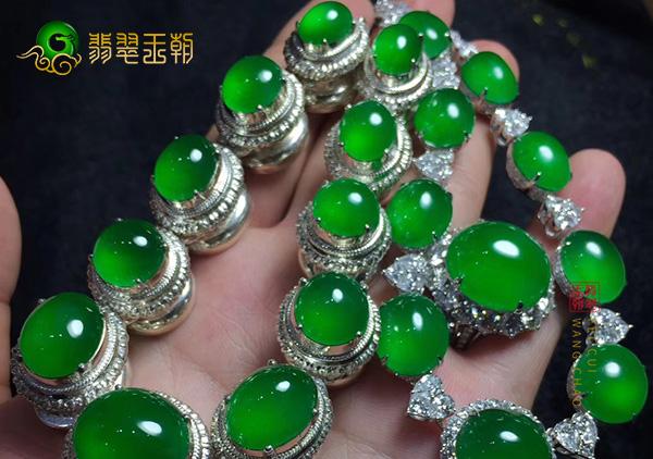 糯冰种满绿色翡翠项链日常佩戴该如何挑选?