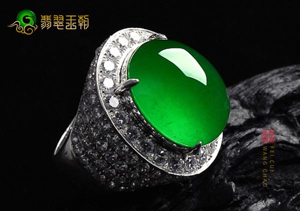 玻璃种满绿翡翠蛋面收藏级翡翠戒面如何挑选