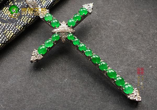 冰种翠绿翡翠镶嵌十字架挂件胸坠有什么寓意