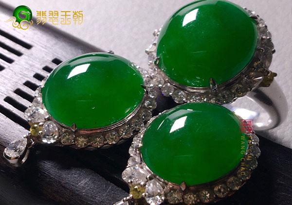 糯冰种浓绿翡翠蛋面镶嵌翡翠耳钉的挑选手法