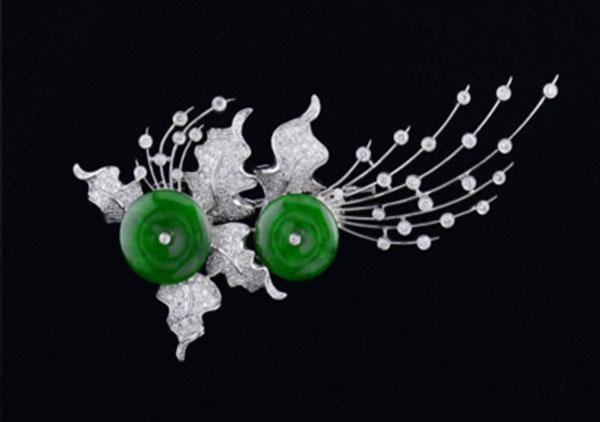 糯冰种浓绿翡翠胸针该怎么搭配才有时尚感