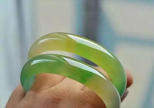 冰糯种黄加绿翡翠手镯鉴赏价值高体现在哪?