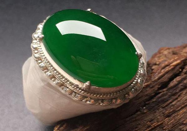 糯冰种浓绿翡翠戒面镶嵌戒指保养的四大诀窍