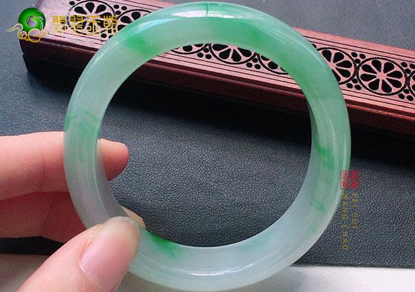 糯冰种飘绿翡翠贵妃玉镯在佩戴上存在的误区